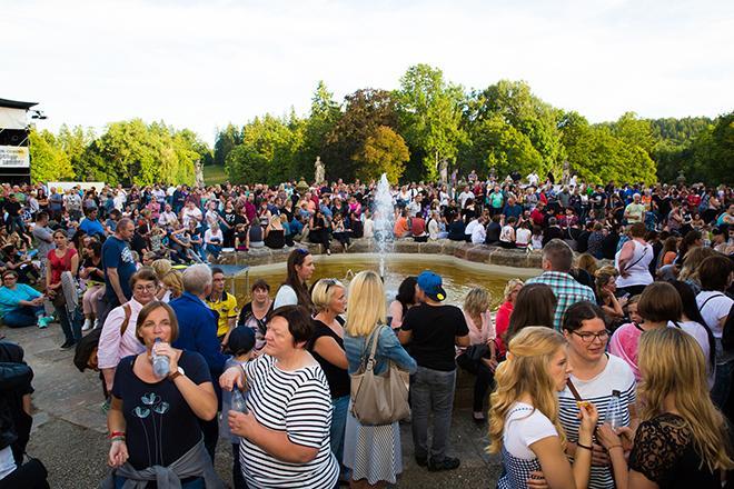 Konzertbesucher mit Brunnen in der Mitte