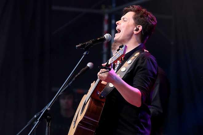 Michael Patrick Kelly mit Gitarre
