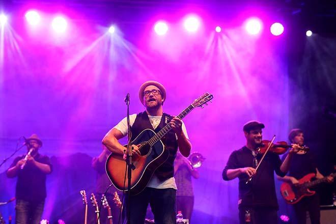 Gregor Meyle mit Lichtshow