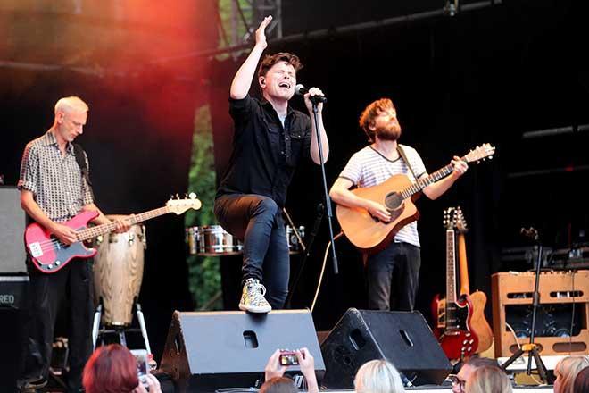 Michael Patrick Kelly mit Musiker