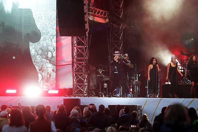 Sarah Connor auf der Buehne mit Publikum im Vordergrund
