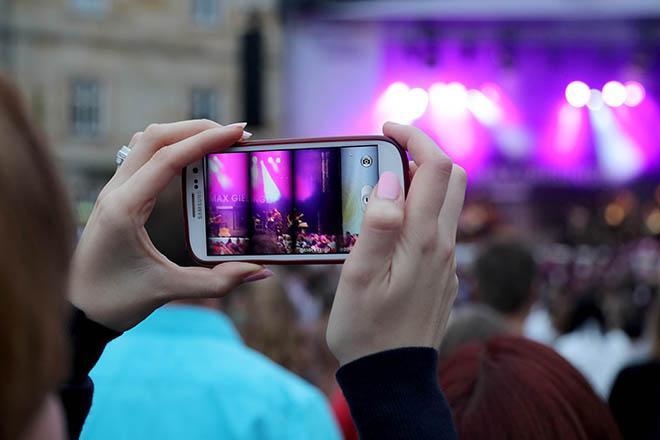 Zuschauer der das Konzert filmt