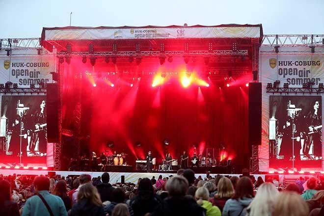Konzertbuehne auf dem Schlossplatz von Coburg