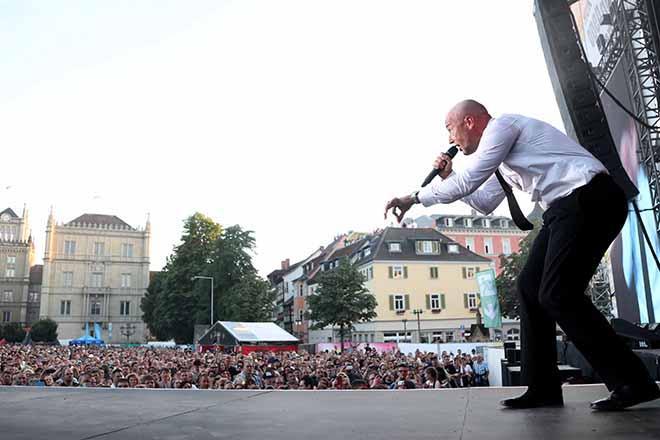 Der Graf mit Publikum im Hintergrund