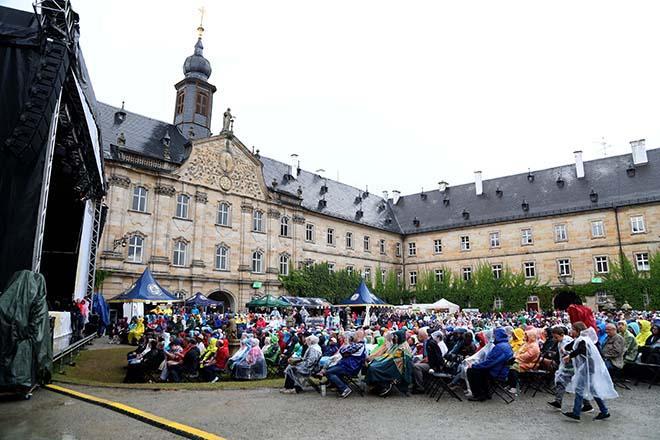 Konzertpublikum mit Schloss Tambach im Hintergrund