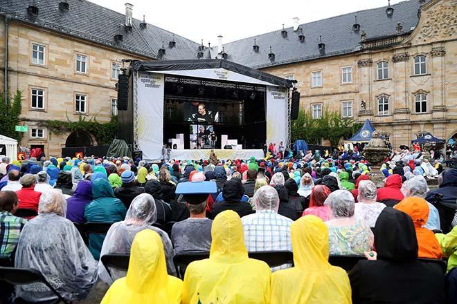 Publikum vor der Buehne in Tambach