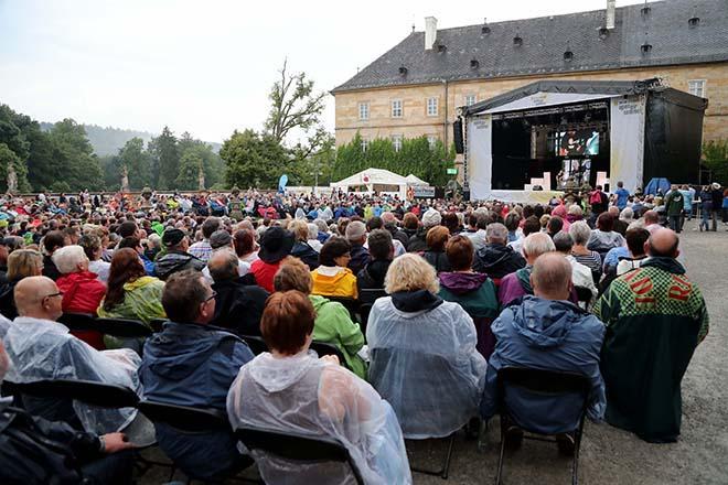 Konzertpublikum mit Regenkleidung