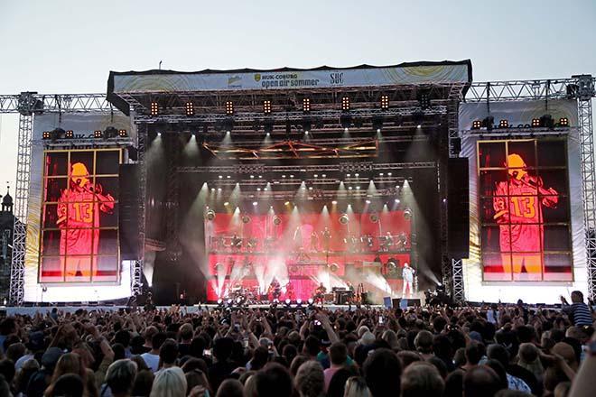 Publikum mit Konzertbuehne im Hintergrund