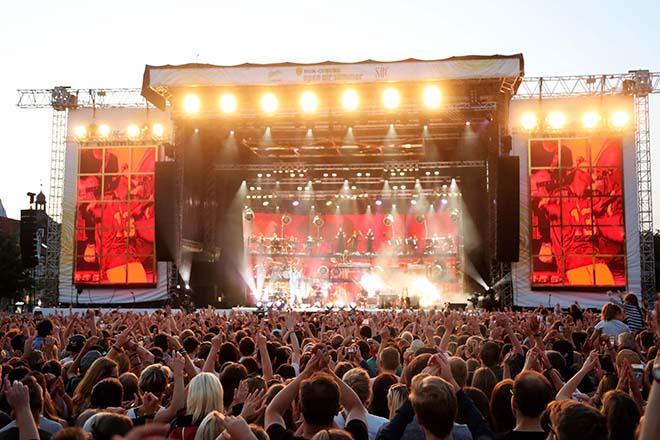 Konzertbuehne mit Publikum im Vordergrund