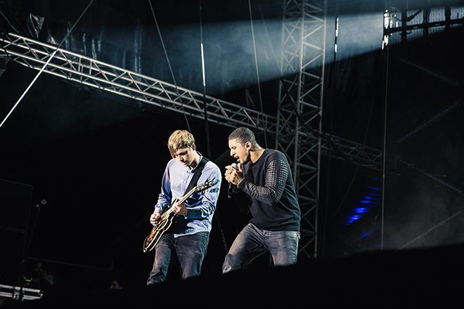 Andreas Bourani mit Musiker