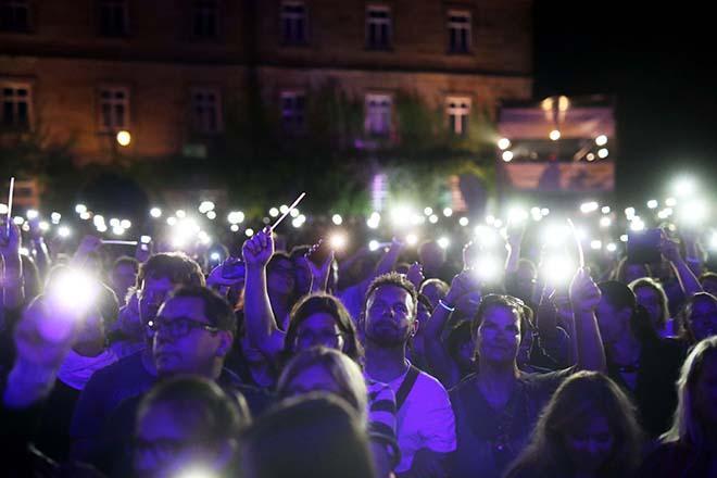Publikum mit angeschalteten Handylampen