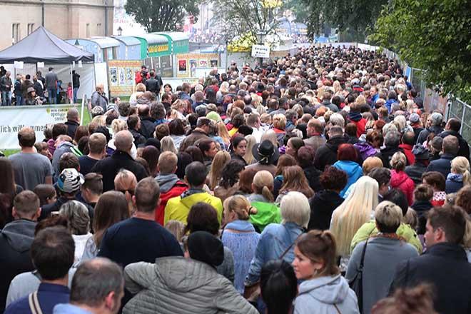 Menschenmenge vor dem Einlass