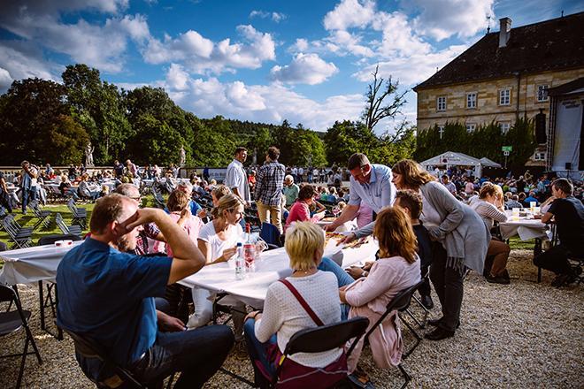 Konzertbesucher vor Schloss Tambach