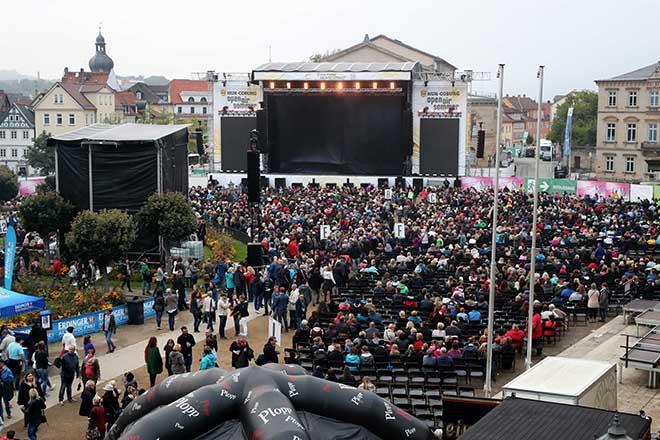 Menschenmenge vor der Konzertbuehne