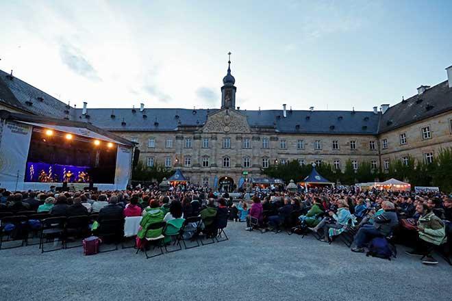 Schloss Tambach mit Publikum im Vordergrund