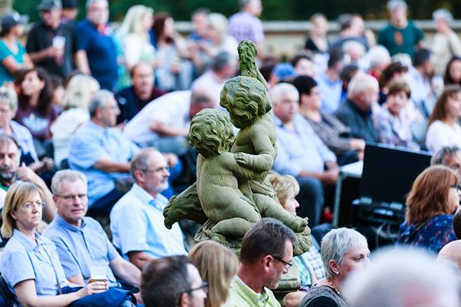 Steinfigur im Publikum