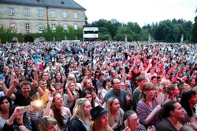 Publikum vor Schloss Tambach