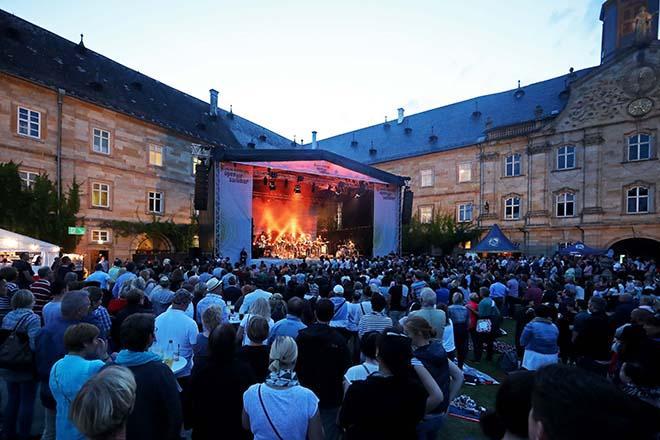 Publikum mit der Konzertbuehne im Hintergrund