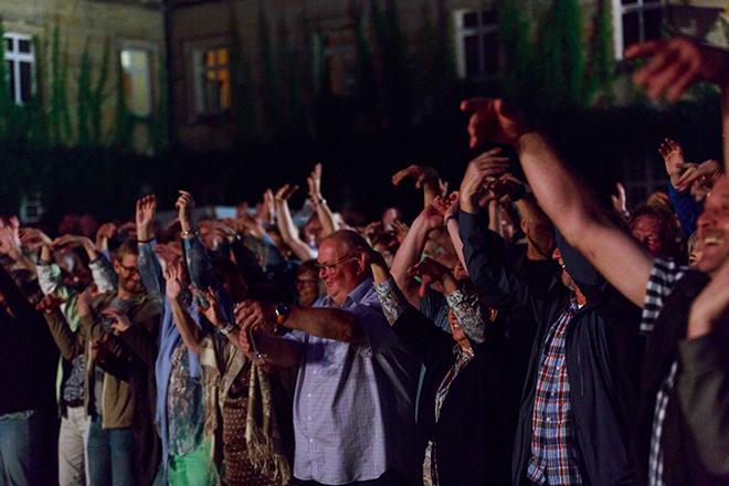 Konzertbesucher bei Nacht