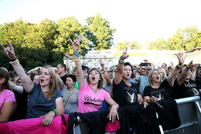 Zuschauerinnen beim Unheiligkonzert