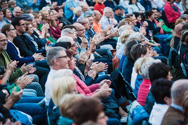 Publikum bei Schloss Tambach