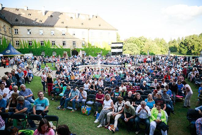 Konzertpublikum vor Schloss Tambach