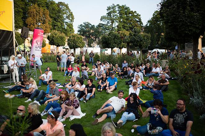 Konzertbesucher auf dem Schlossplatz
