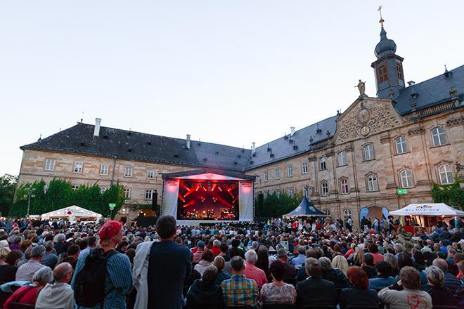 Buehne vor Schloss Tambach