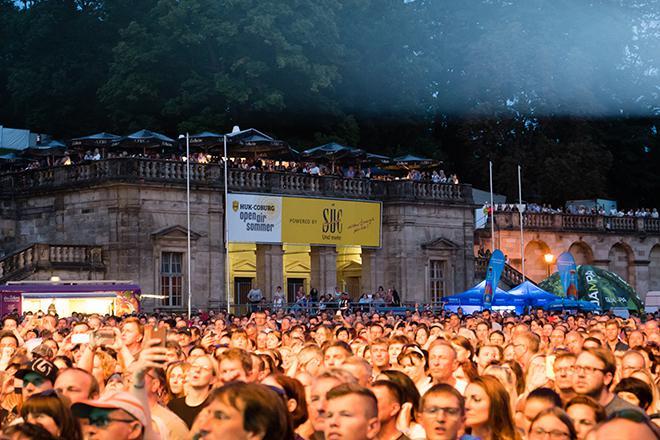 Menschenmenge vor der Schlossplatzbuehne