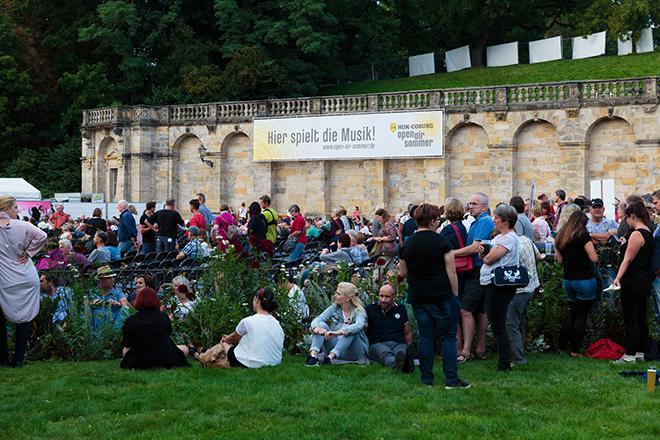 Besucher auf dem Schlossplatz
