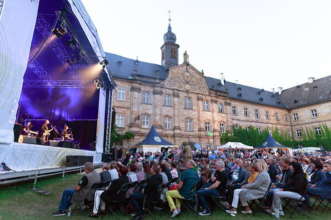 Publikum mit Schloss Tambach im Hintergrund