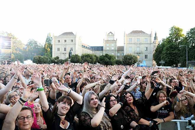 Publikum von Unheilig mit Schloss Ehrenburg im Hintergrund