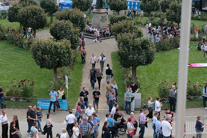 Besucher auf dem Schlossplatz von Oben