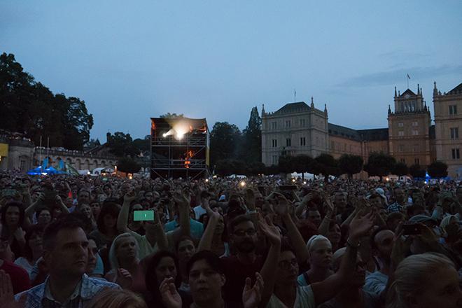 Konzertbesucher mit Schloss Ehrenburg im Hintergrund