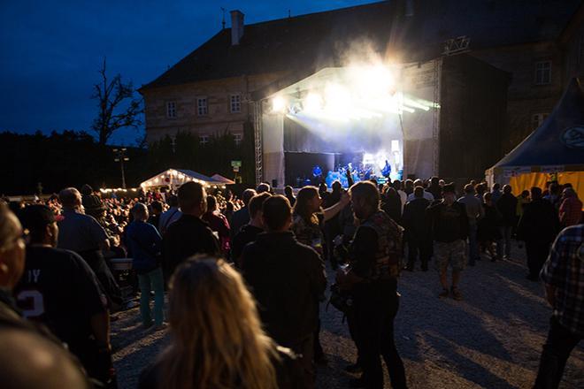 Konzertbuehne von Schloss Tambach bei Nacht